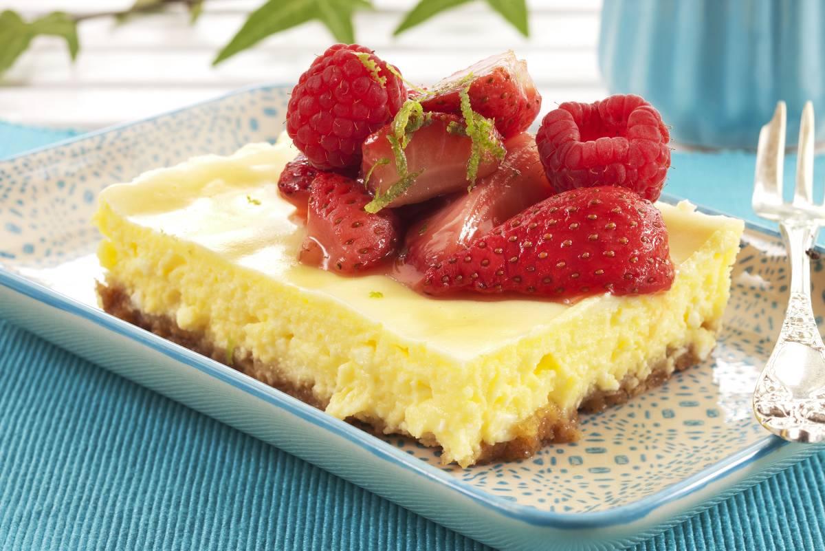 Deilig ostekake med kremet fyll og nydelige smaker av kanel, lime og jordbær. Ostekaken er bakt, men ikke mektig. Lages i langpanne eller i rund form.