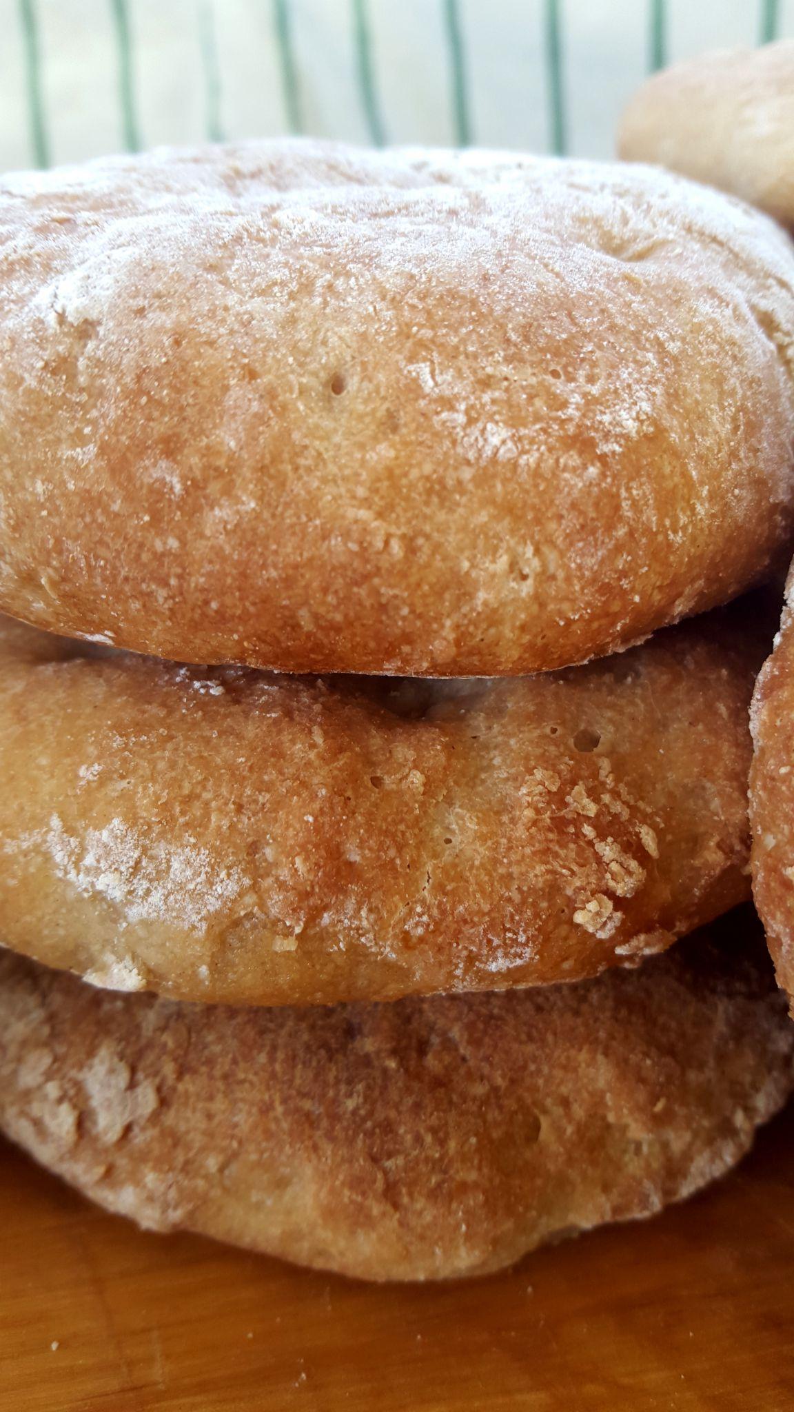 Disse glutenfrie polarbrødene er litt søte, litt myke, litt sprø og veldig gode! De hjemmebakte polarbrødene kan også brukes som feks. hamburgerbrød.