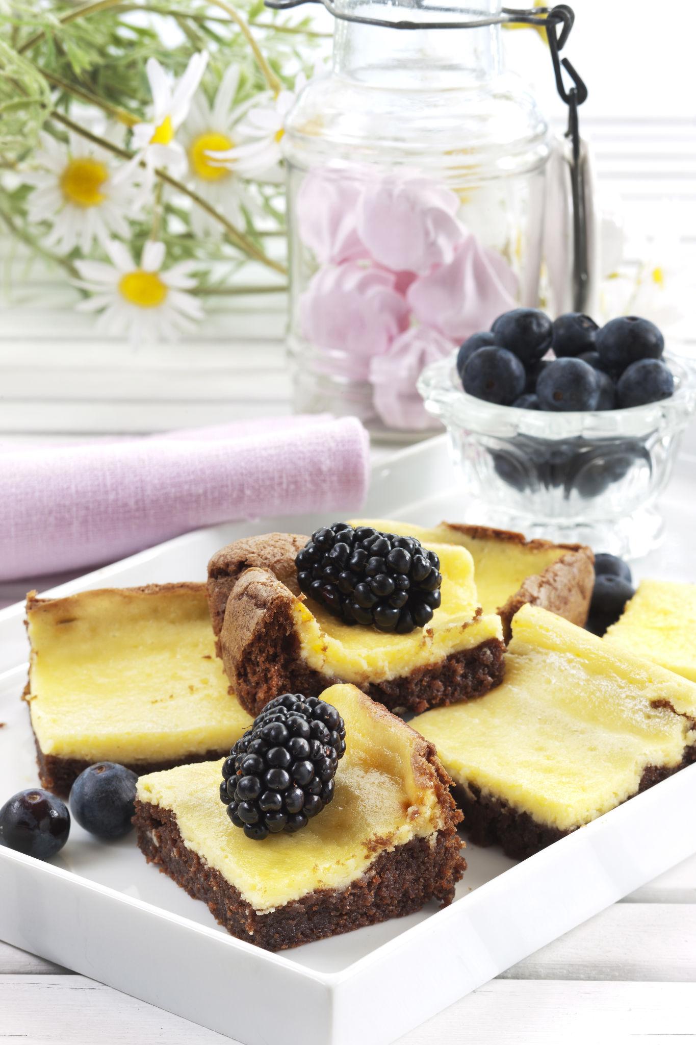 Denne fristende ostekaken består først av et lag myk sjokoladekake og deretter et kremet ostekakefyll. Dobbel lykke!