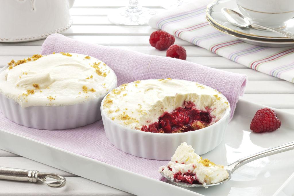 Rask og supergod ostekakeis, som passer fint å ha på lur i fryseren! Isen lages med både fløte, kremost og smeltede marshmallows!