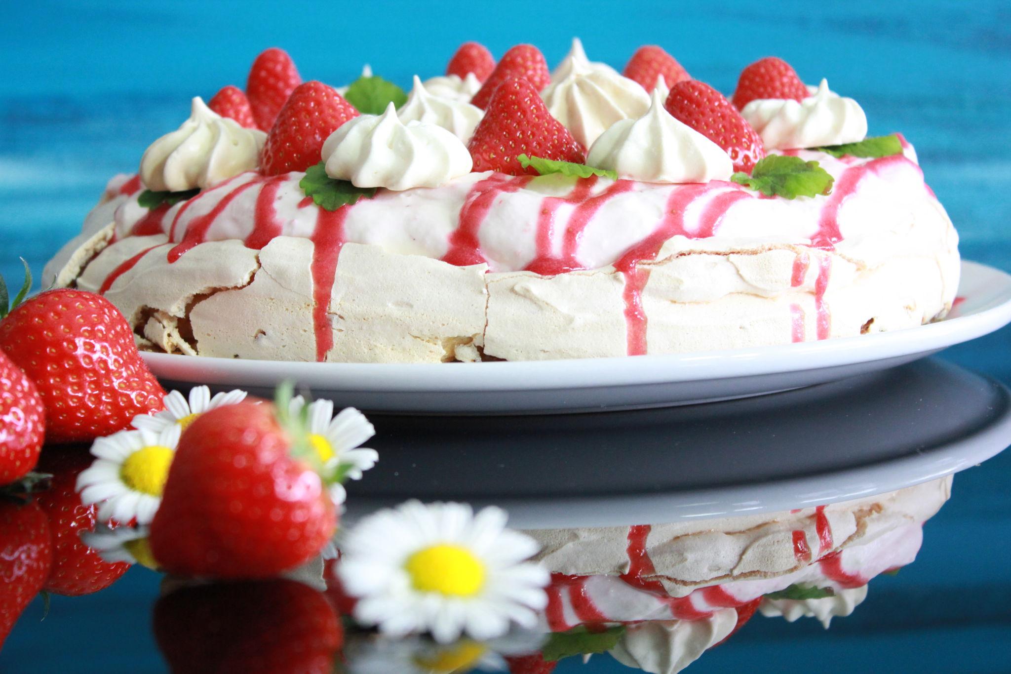 Pavlova med brunost og jordbær