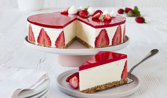 Ostekake med vanilje og jordbær.