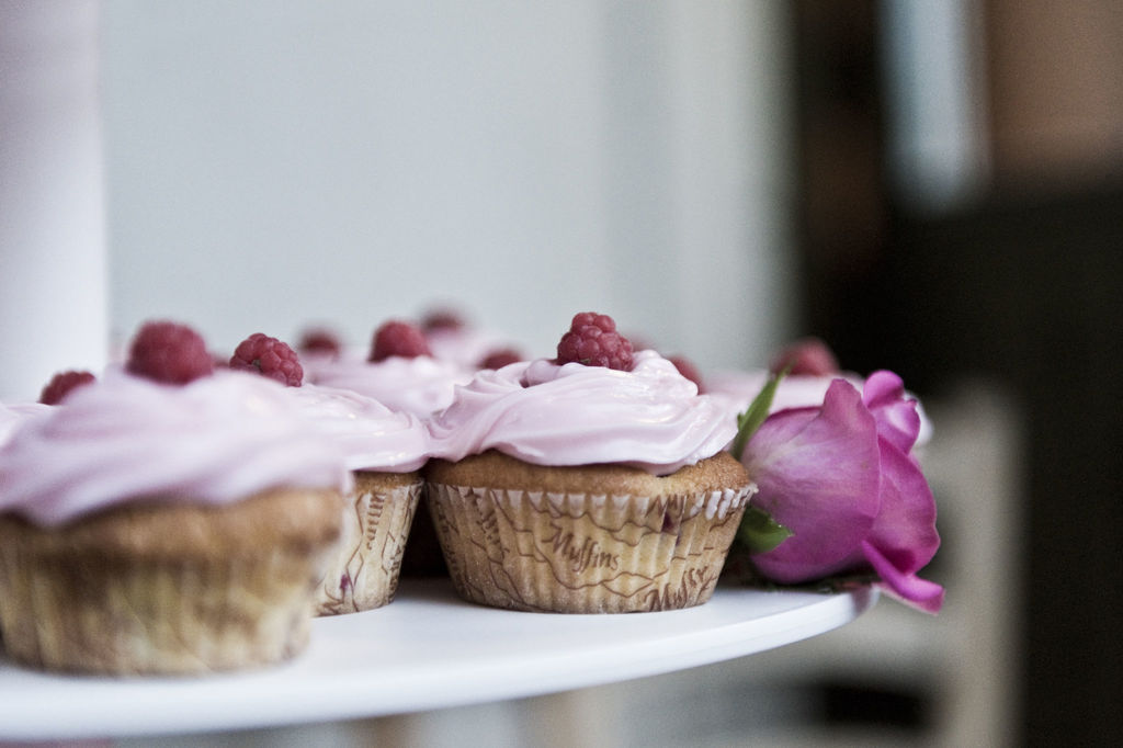 Disse gode bringebær-cupcakene vil friste enhver, og med Bamix Baking sin stavmikser får du det perfekte resultatet. Foto: iStock