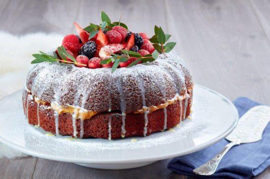 Sjokoladekake med karamellfyll og hvit sjokoladeglasur (Foto: Kim Holthe)